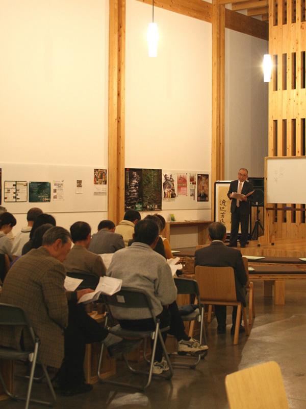 熊野古道の精神についてじっと聞き入る参加者の皆様