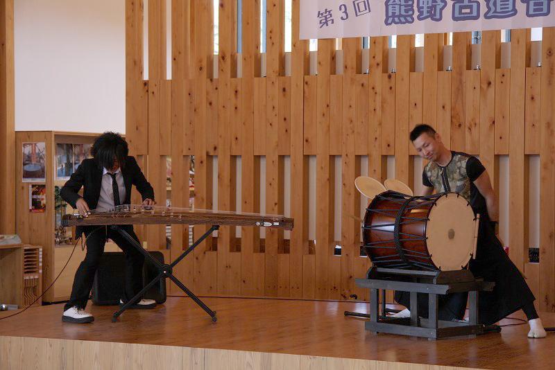 繊細な箏と力強い太鼓の演奏