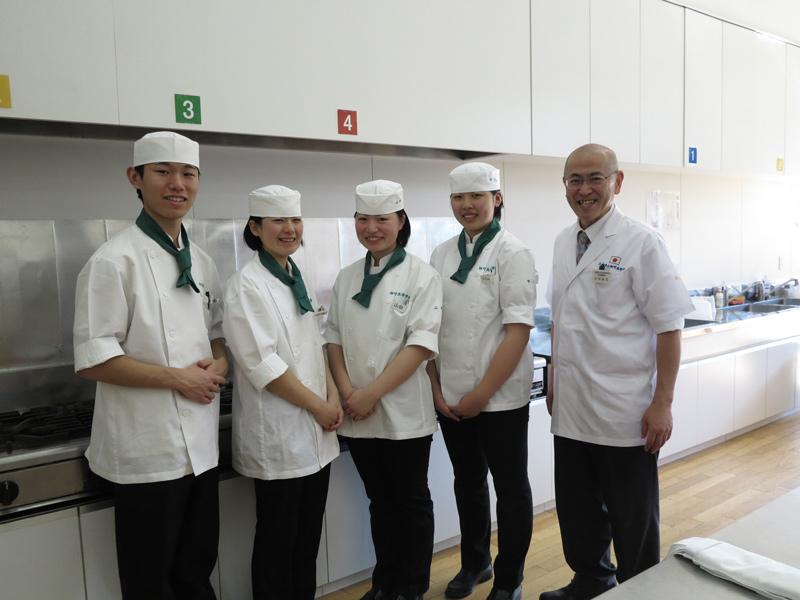講師は、三重県立相可高等学校食物調理科の村林新吾先生と調理クラブの生徒さん4名(森さん、山田さん、中川さん、瀬良さん)です。